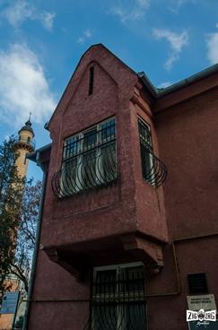 După ce te saturi de mers printre nenumărate străzi încâlcite în orașul Satu Mare, ajungi în cele din urmă în fața unei clădiri. La început poți spune că seamănă cu o vilă unde trăiește o familie fericită.