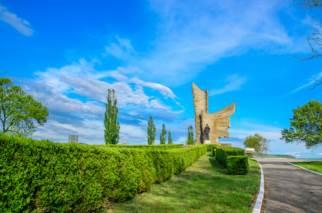 Monumentul Eroilor de la Păuliș: Un omagiu adus pe aripile victoriei și curajului