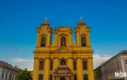 A prins viaţă în Piaţa Unirii după 38 de ani de construcţie: Domul Romano-Catolic
