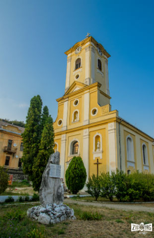 Monumentul închinat împărătesei Sissi şi Biserica Romano-Catolică.